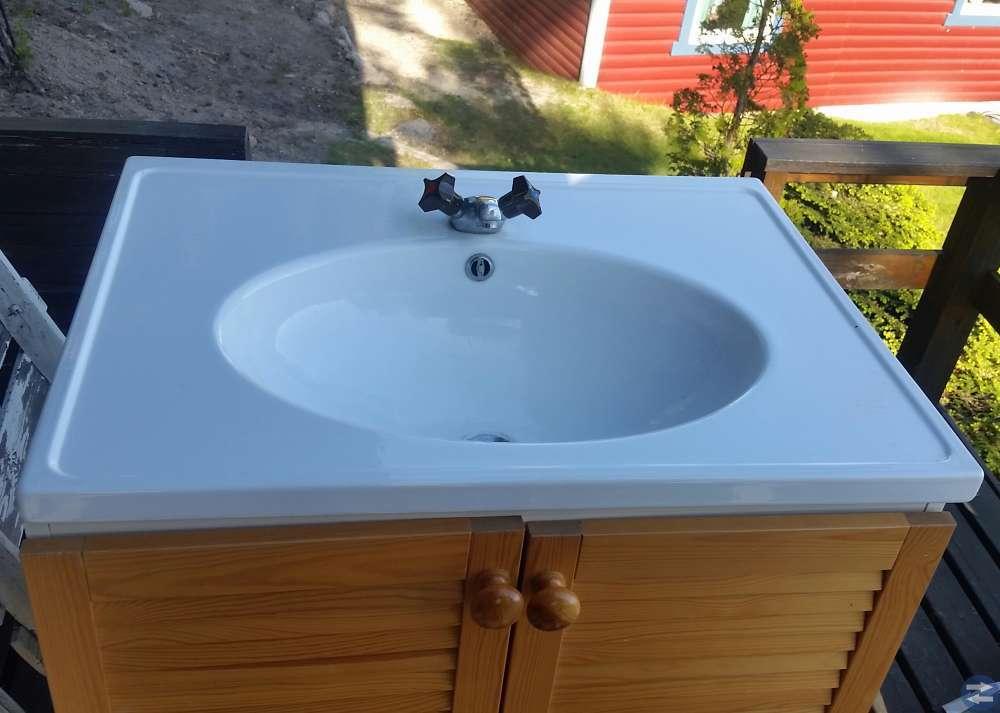 Tvättställsskåp  med tvättställ och kran i björk