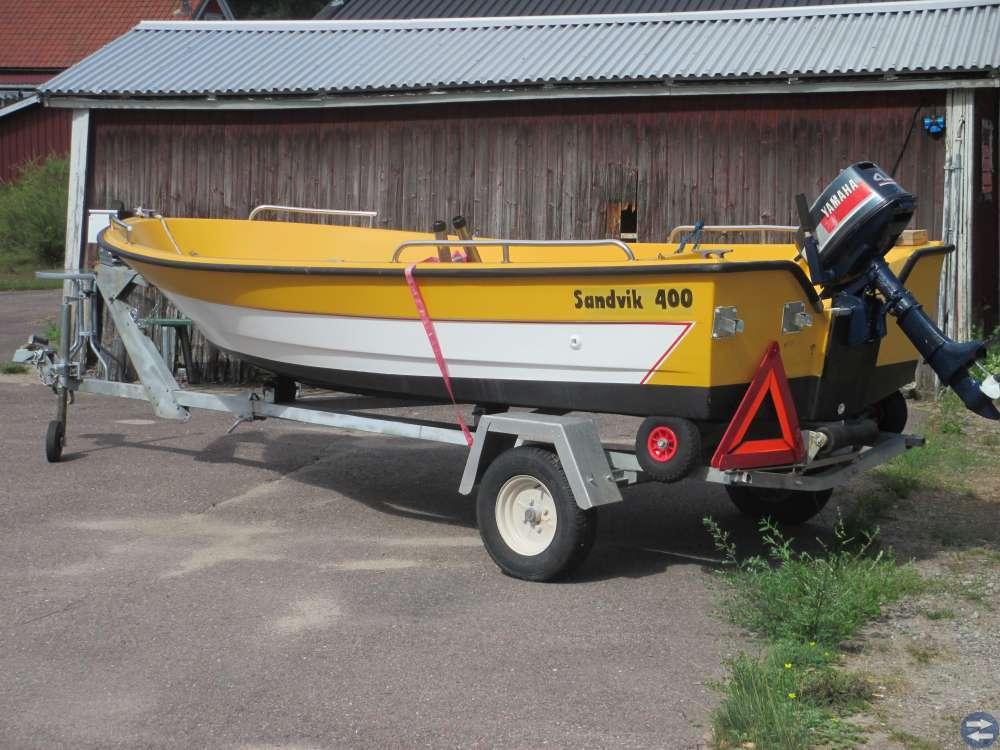 Båt Sandvik 400 med tippbar trailer och motor