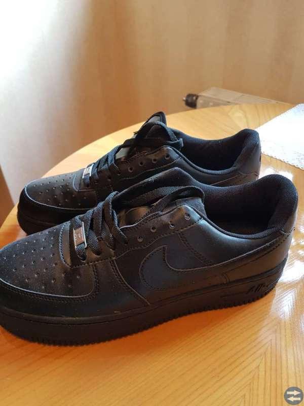 Svarta Nike air force  och blå mockaskor