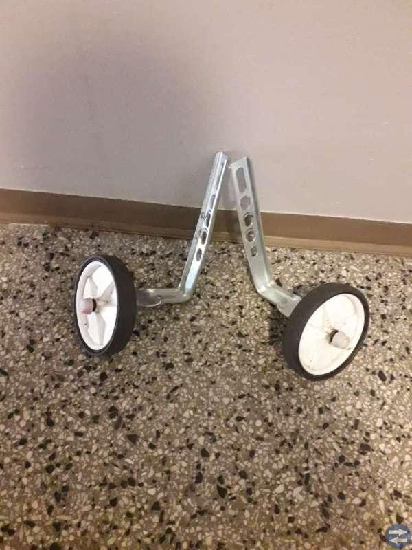 Cykelhjulstöd och sparkcykel