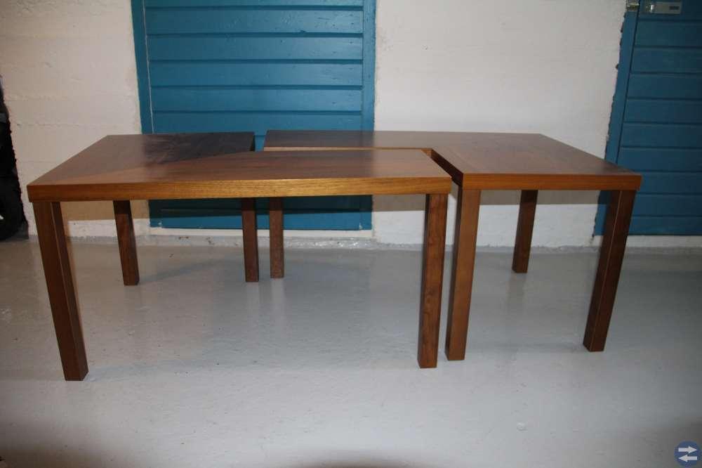 Soffbord, matta, skrivbordsstol, fåtölj, lampa