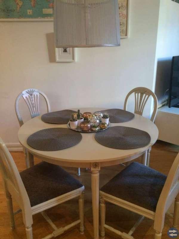 Gustavianskt bord med fyra stolar