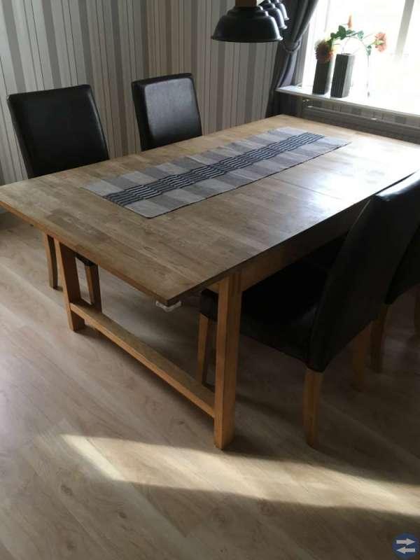 Vitrinskåp, matbord och stolar