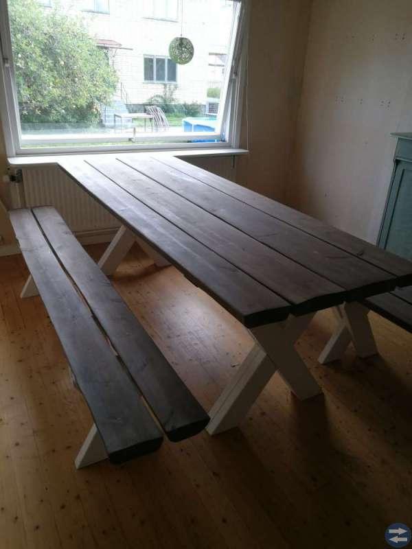 Robust bord med två bänkar