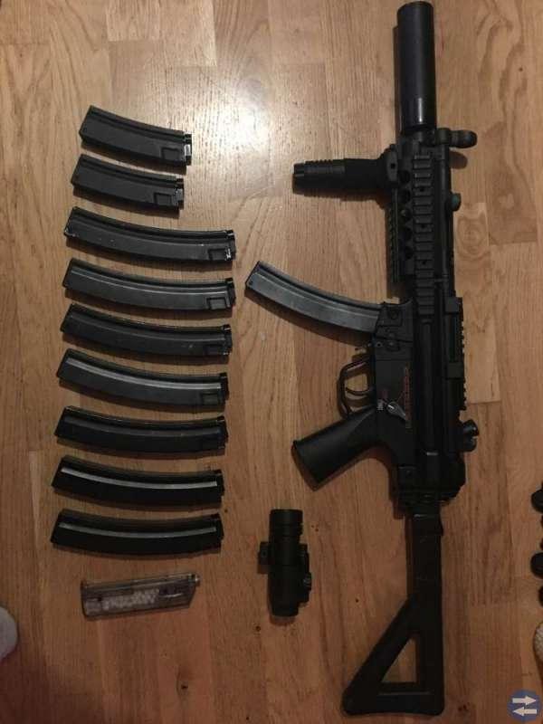 Airsoft vapen med diverse tillbehör
