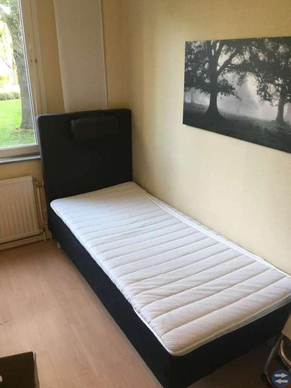 Fin 90 cm säng med gavel i nyskick!