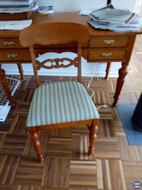 Skrivbord med tillhörande stol i Klassisk stil