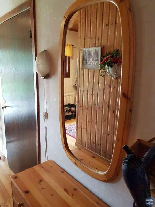 Spegel och byrå i massiv furu