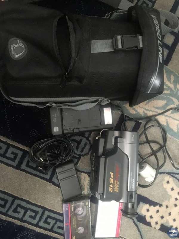 En st videokamera i väska