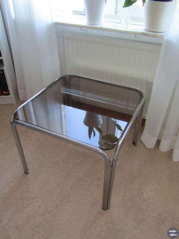 Fyrkantigt mindre glasbord.