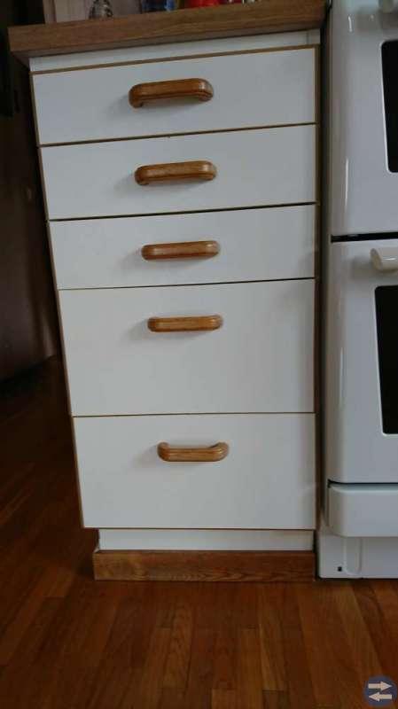 Köksluckor, lådor, liten divan