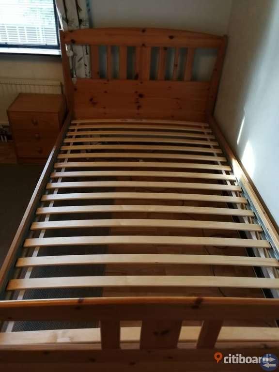 Säng och sängbordet