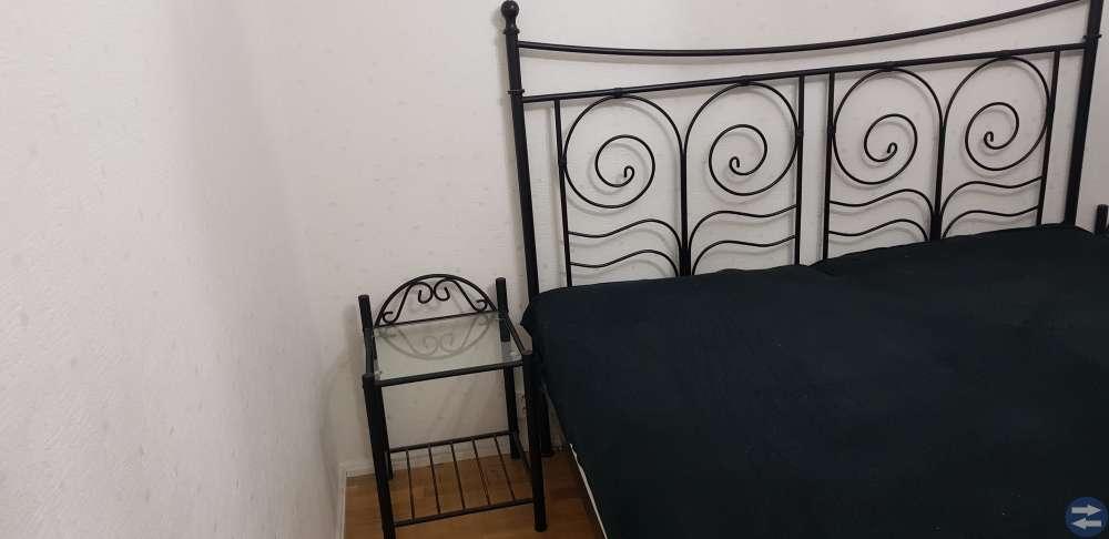 Säng 180x200 med 2 styck sängbord och sängmadrass