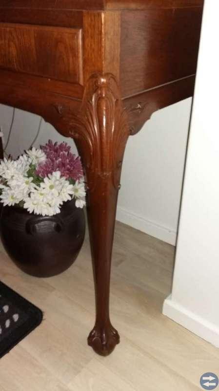 Väldigt fina möbler med Lejon fot.
