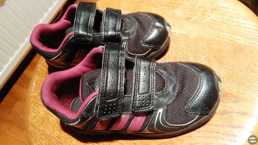 Adidas gympaskor stl 27, innermått 16 cm säljes