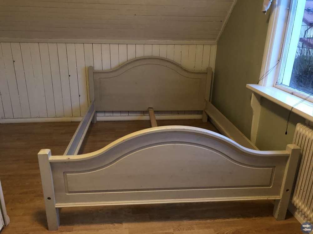 Säng två sängbord