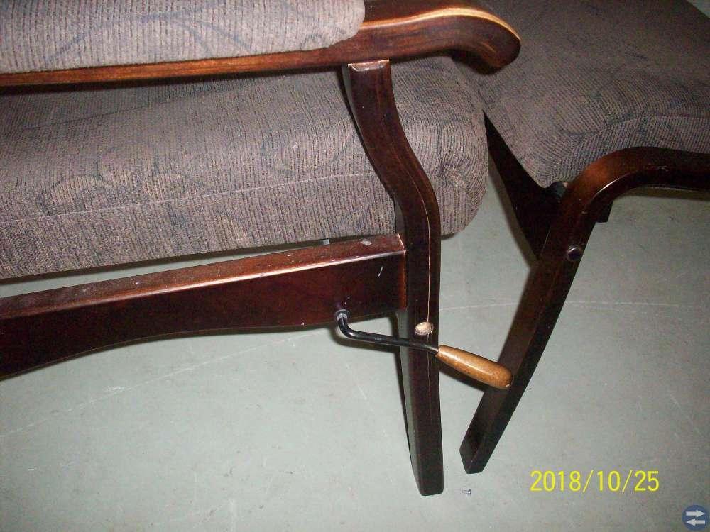 Två bekväma stolar med pall.