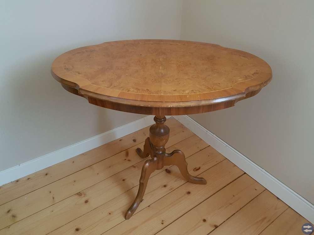 Äldre bord och stolar