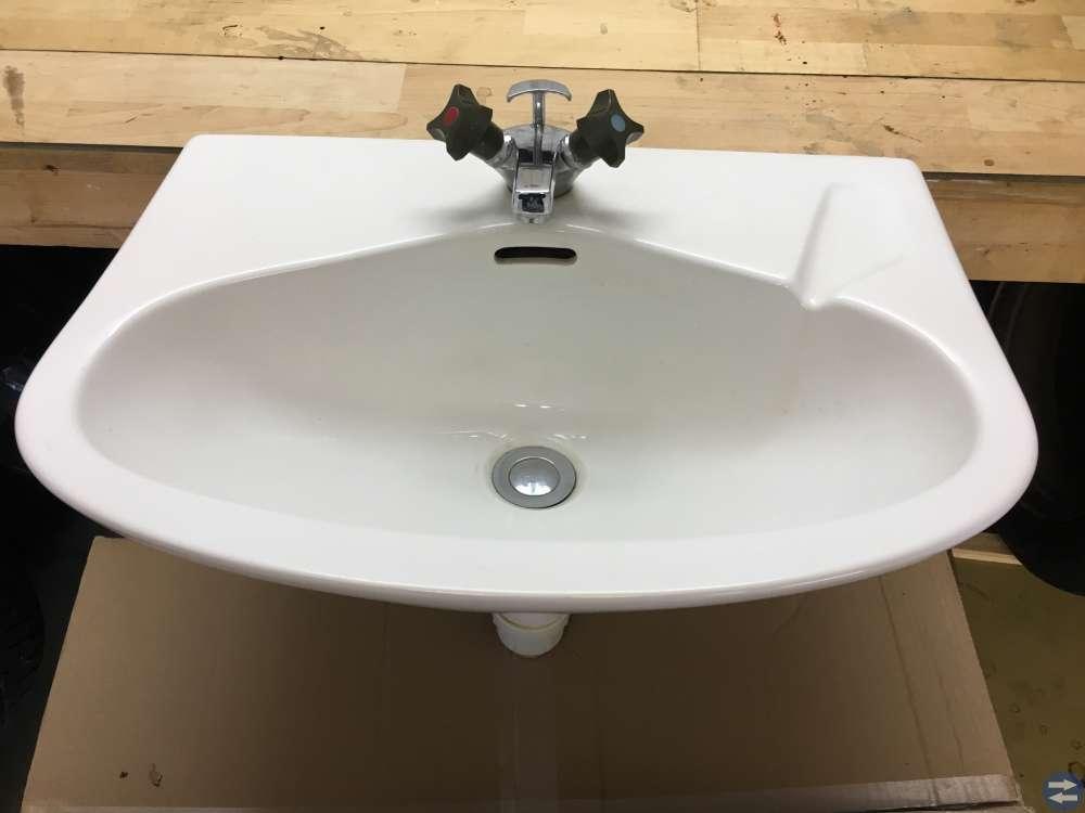 Toalett stol IFÖ, Handfat med kran och spegelskåp
