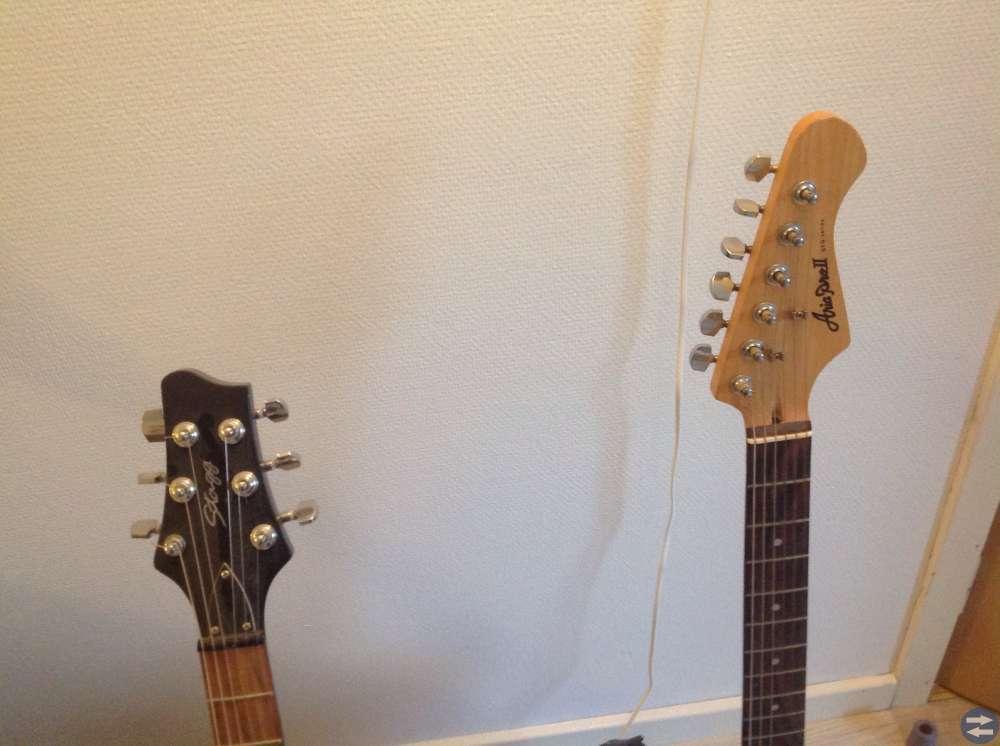 El gitarer og bord lampe