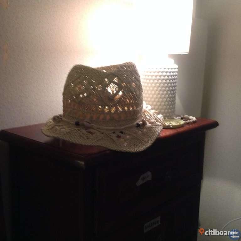 Diverse halsdukar, kepsar o hatt