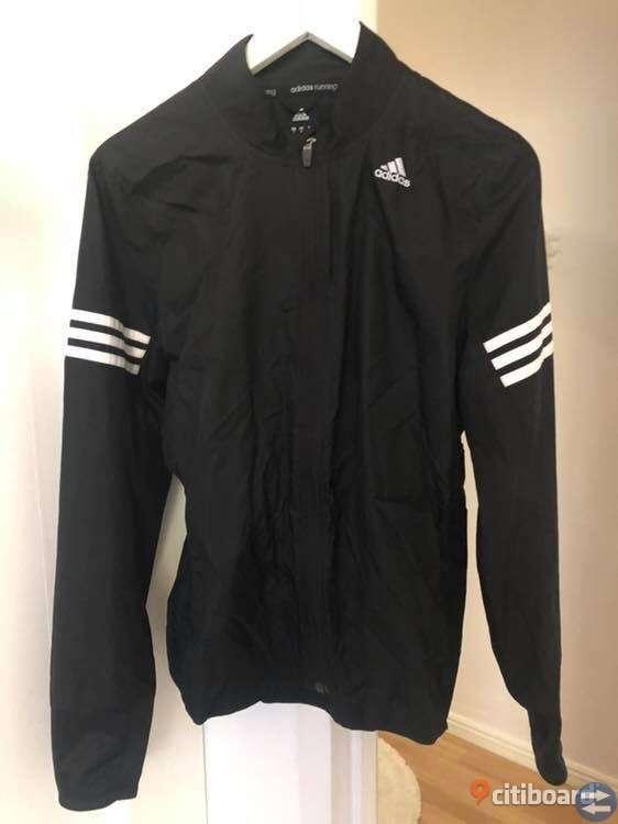 Tunn vindjacka ifrån Adidas. Blå luvtröja ifrån SVEA