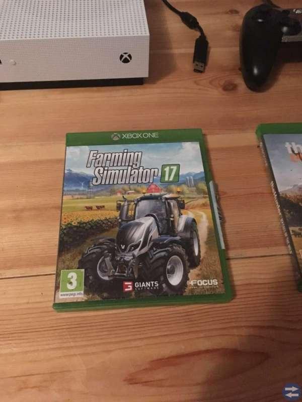 Xbox one s 500 GB, med spel och kontroller.
