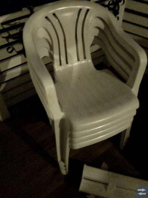 Plastbord med 6 stolar