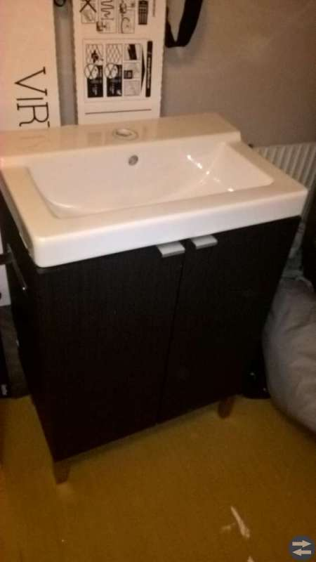 Badrumsskåp och underskåp med handfat