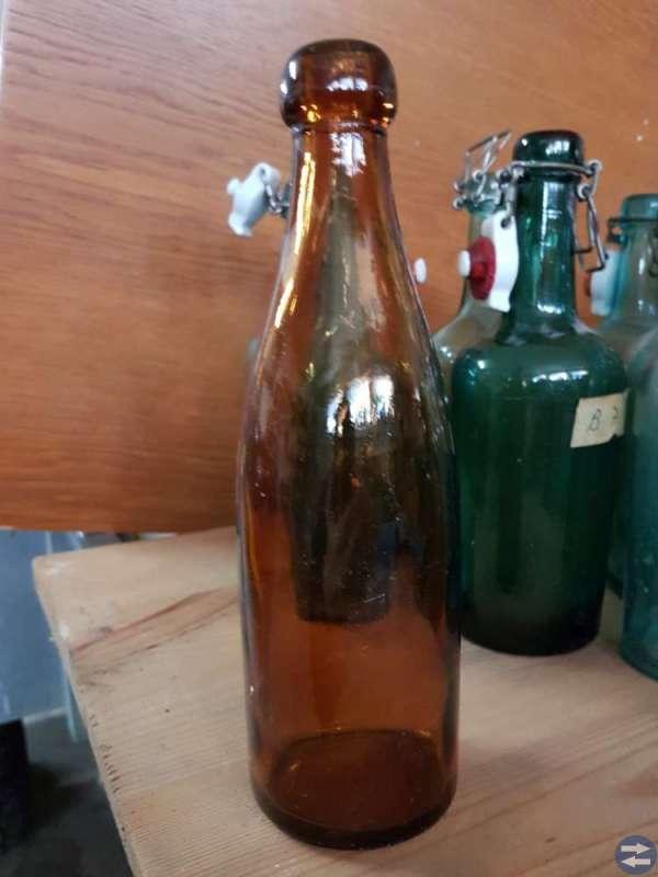 Gamla flaskor och svagdrickskaggar