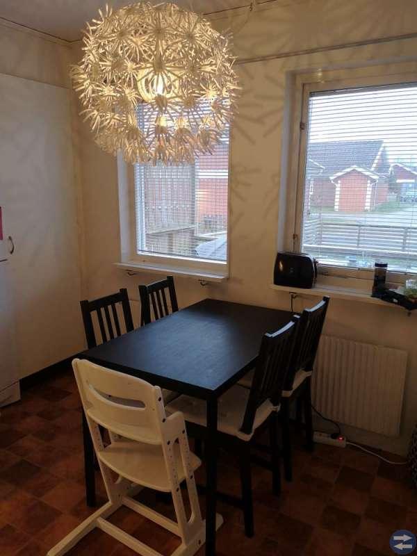 Fint matbordsset och Ikea maskroslampa.