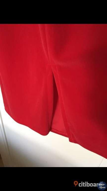 Röd klassisk fest klänning. - Osbytorget.se - Annonsera gratis på ... 34b03684991e6