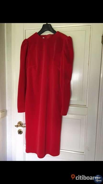 Röd klassisk fest klänning.