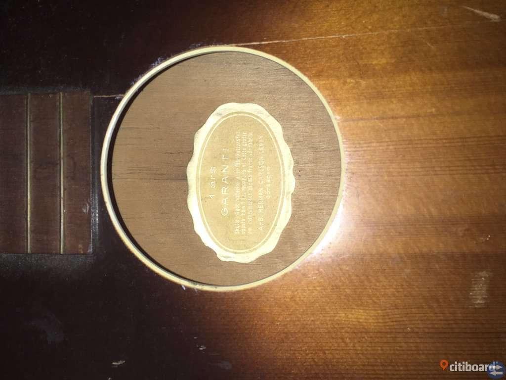Äldre levin akustisk gitarr! Från 40 eller 50 talet.