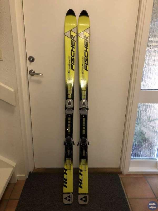 Slalomskidor Fischer, skidhjälm, ridstövlar