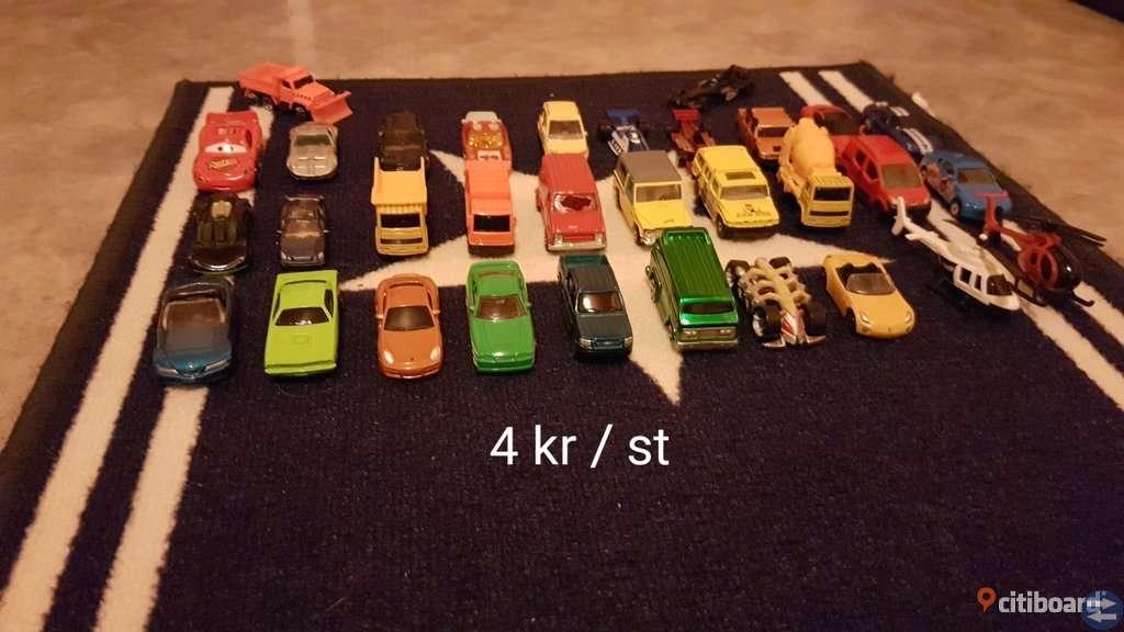 Grabben säljer sina leksaks bilar