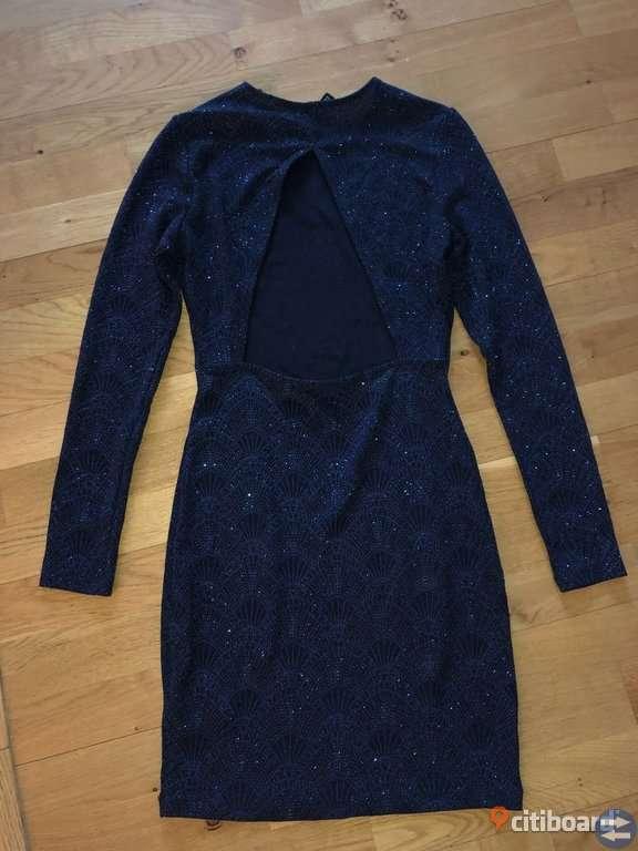 Blå klänning med mönster Kläder & Accessoarer i