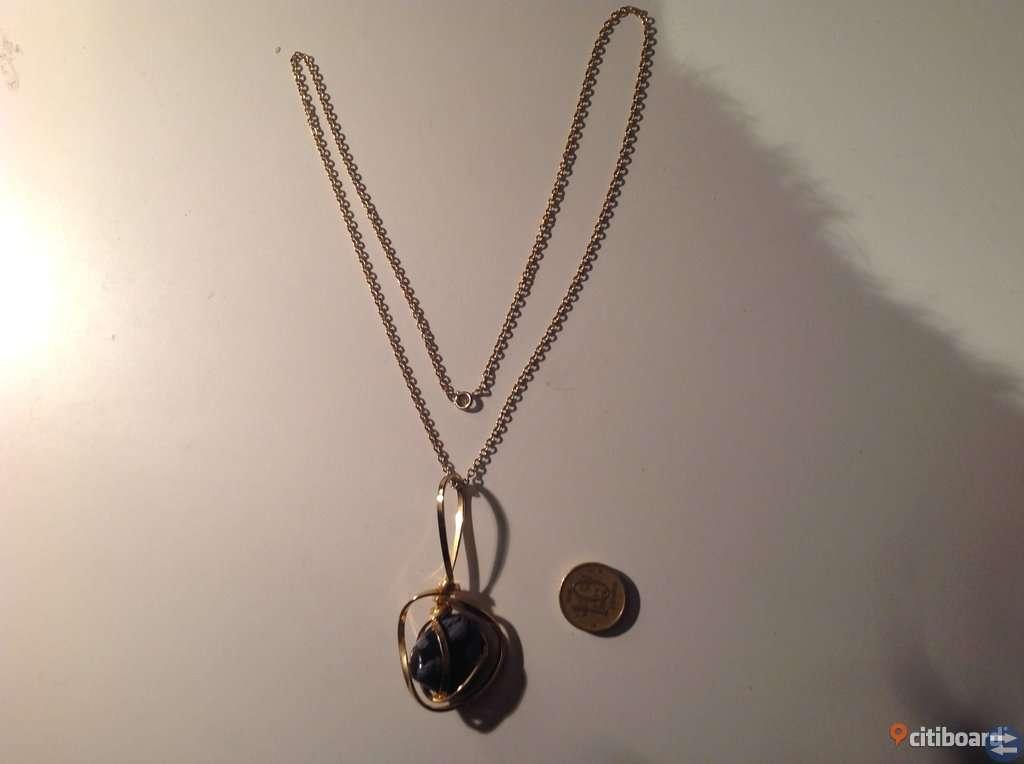 Originellt halsband med virad gul metall runt svart/grå melerad sten