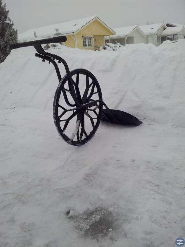 Snöskyffel på hjul. Spara din rygg.