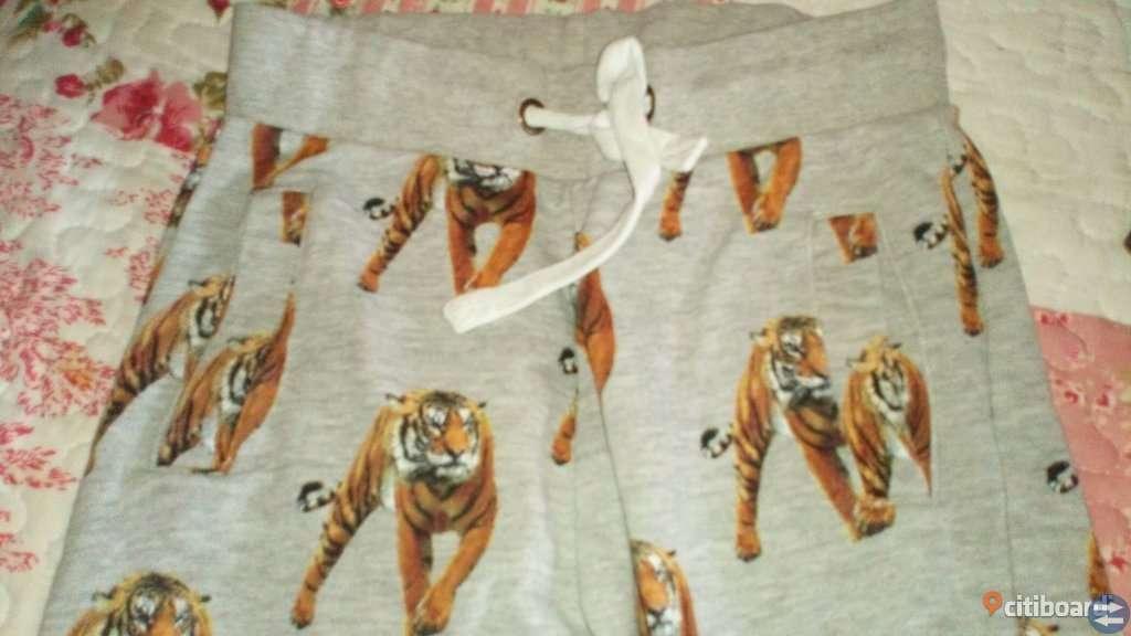 Lindex mjukisbyxa med tigrar på stl 122