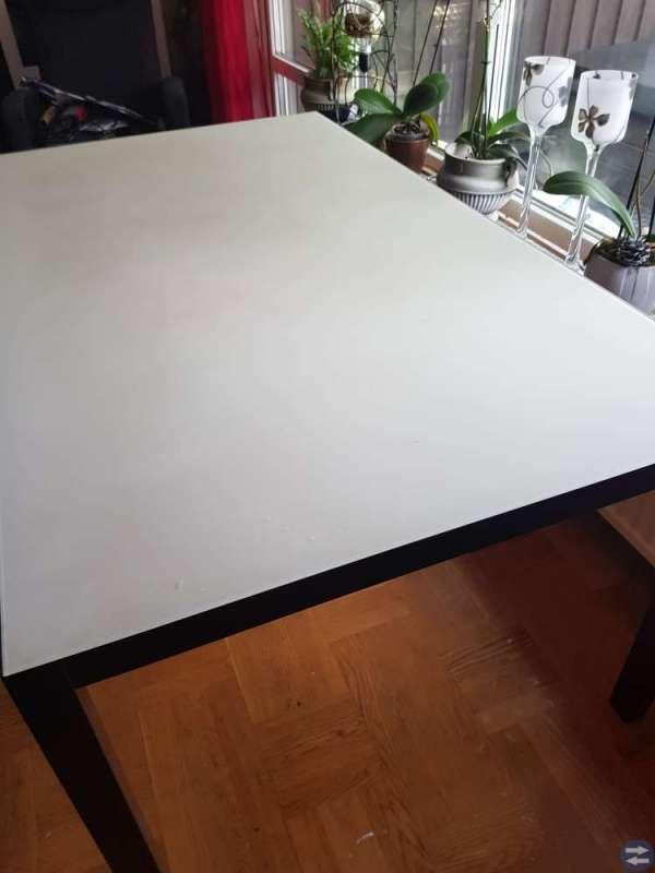Fint bord med frostad glasskiva