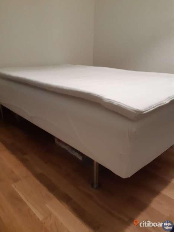 Säng sagvåg med madrass