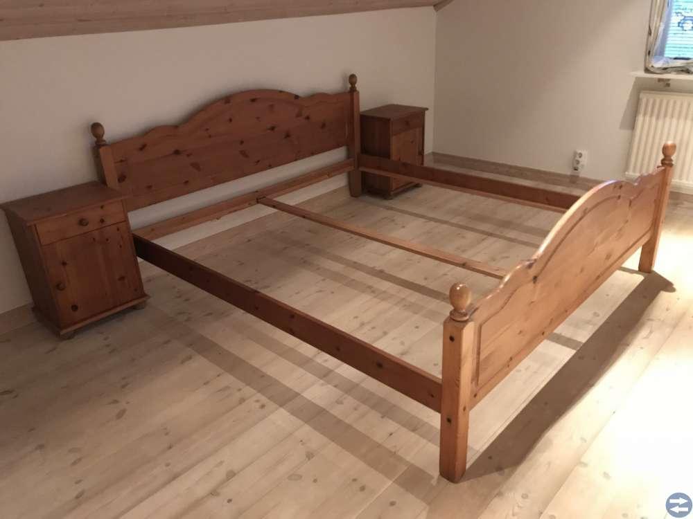 Säng med nattduksbord