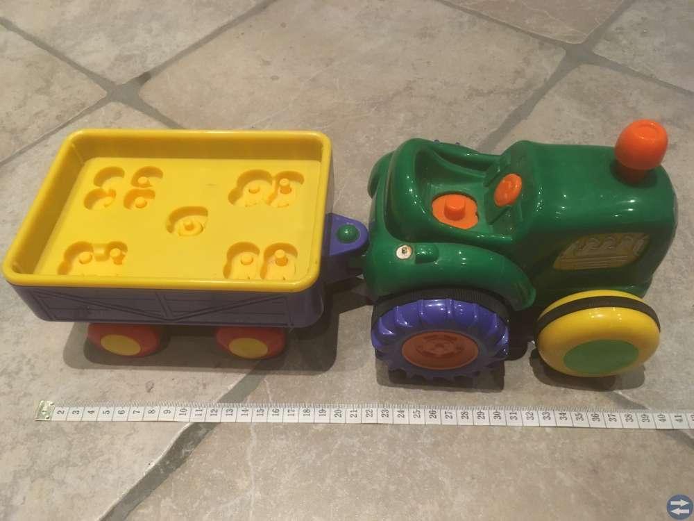 Traktor med vagn i rejäl plast.