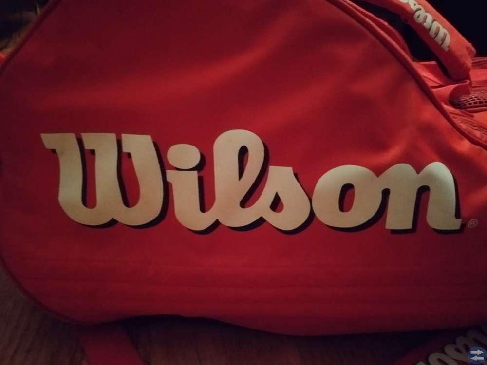 Säljes snygg röd tennisväska i märket Wilson