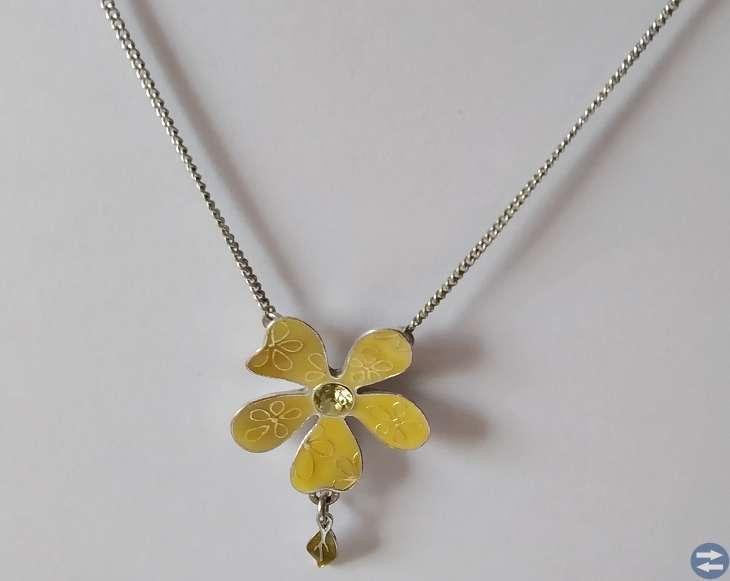 Säljes ett fint Pilgrim halsband i färgen gul