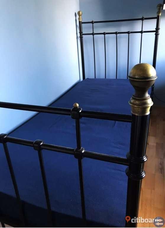 Ikea svelvik sängstomme / sängram i nyskick. Svart järn med mässingsknoppar. Finns i Lund på Vipehol