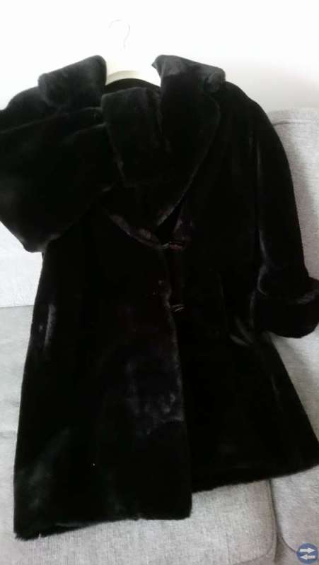 Fuskpälskappa svart