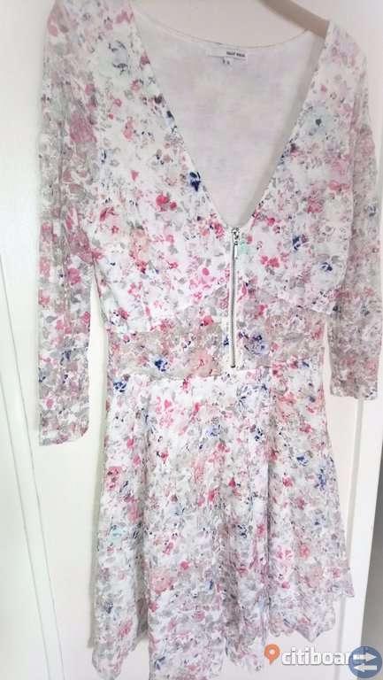4598321f3803 Blommig klänning med spets * NY * Stl XL - Säffletorget.se ...