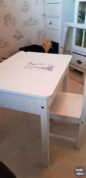 Vit skolbänk med stol